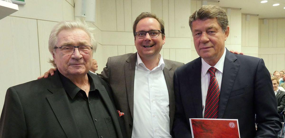 Manni Sander (l.), hier mit Essens Oberbürgermeister Thomas Kufen und Otto Rehhagel (r.), wird 75.