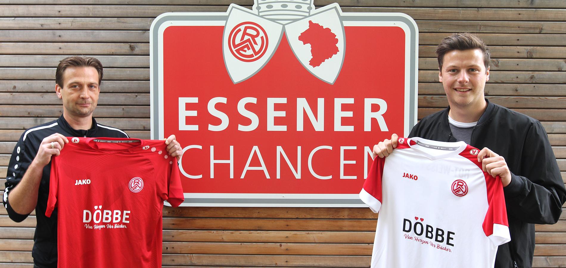 Schick: Trainer Benjamin de Biasi (l.) und Johannes Döbbe präsentiert das neue Dress der rot-weissen Inklusionsmannschaft.