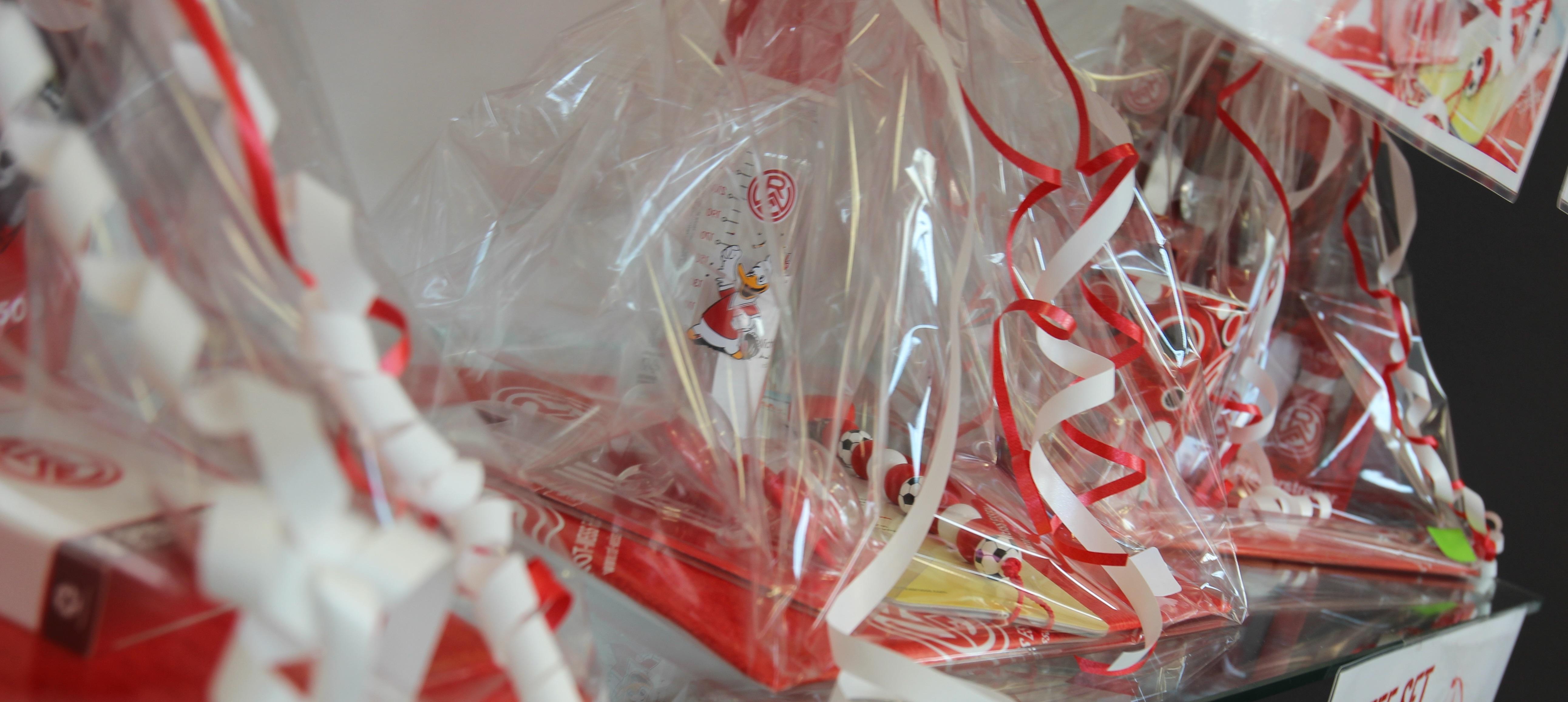 Die rot-weissen Zusammenstellungen sind ab sofort im Fanshop an der Hafenstraße erhältlich.