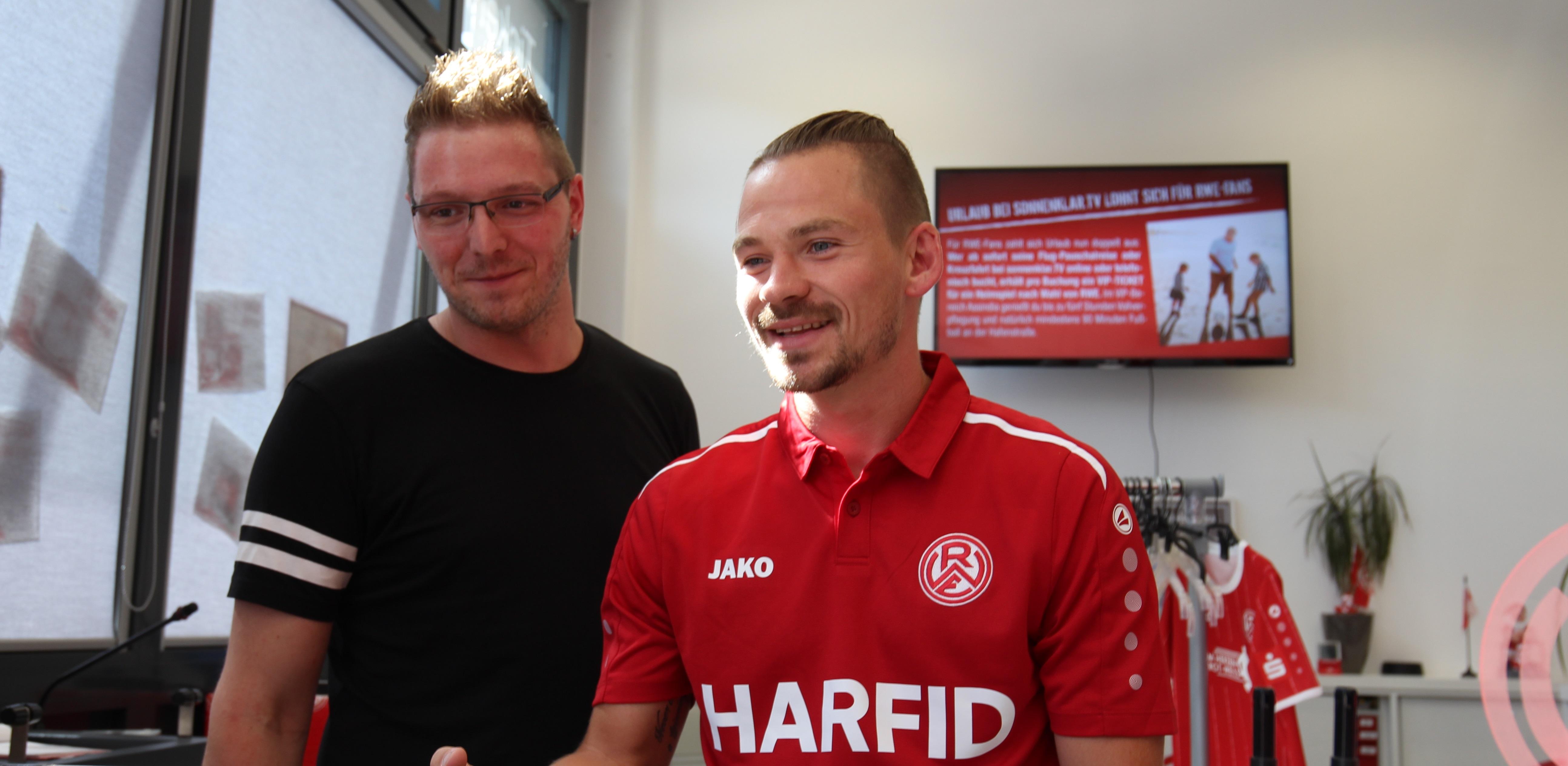 Neben Kevin Freiberger halfen auch Florian Bichler, Felix Herzenbruch und Dennis Grote im rot-weissen Fanshop aus.