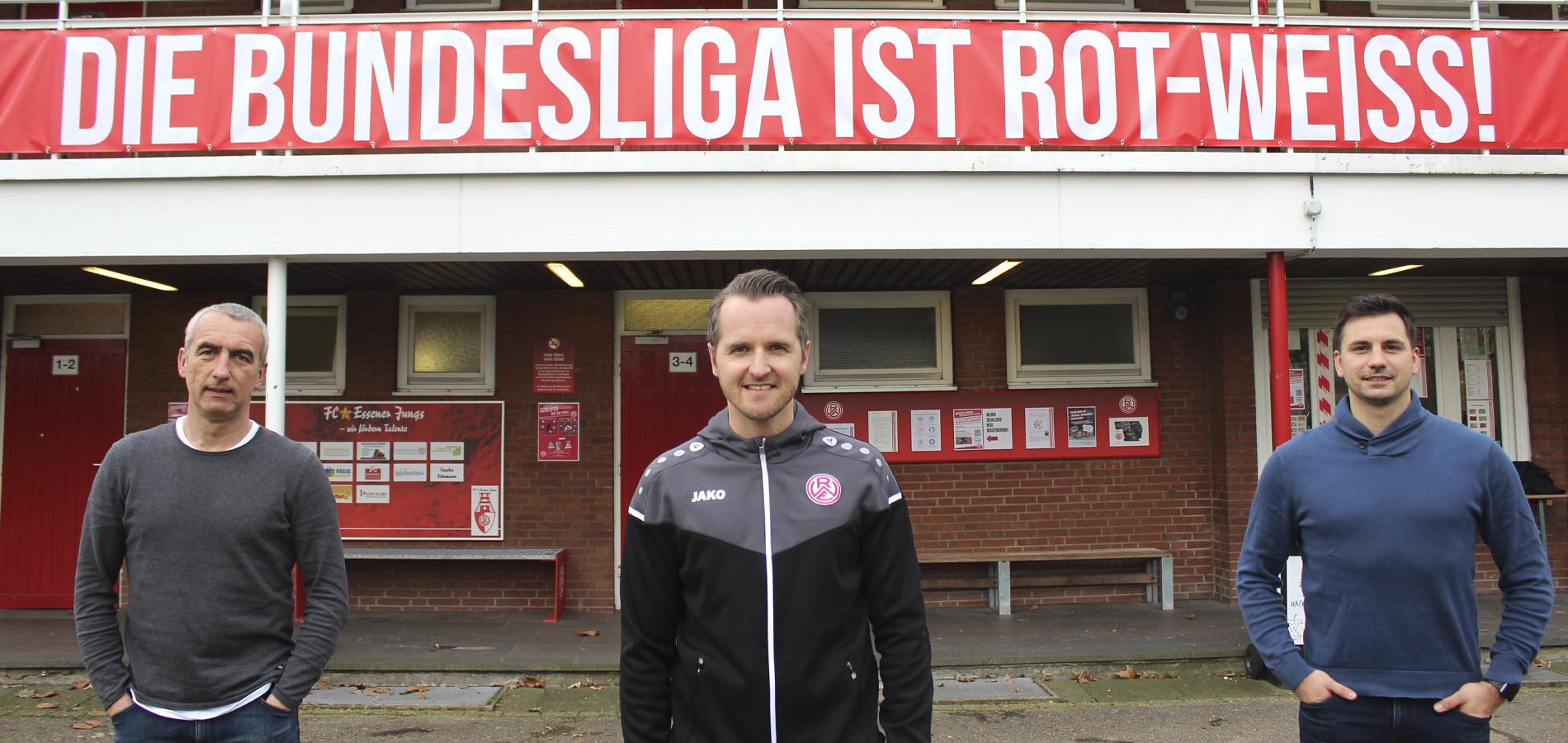 Neuer Leiter an der Seumannstraße: Fußballlehrer Christian Flüthmann mit RWE-Vorstand Marcus Uhlig (l.) sowie Sportdirektor Jörn Nowak (r.).