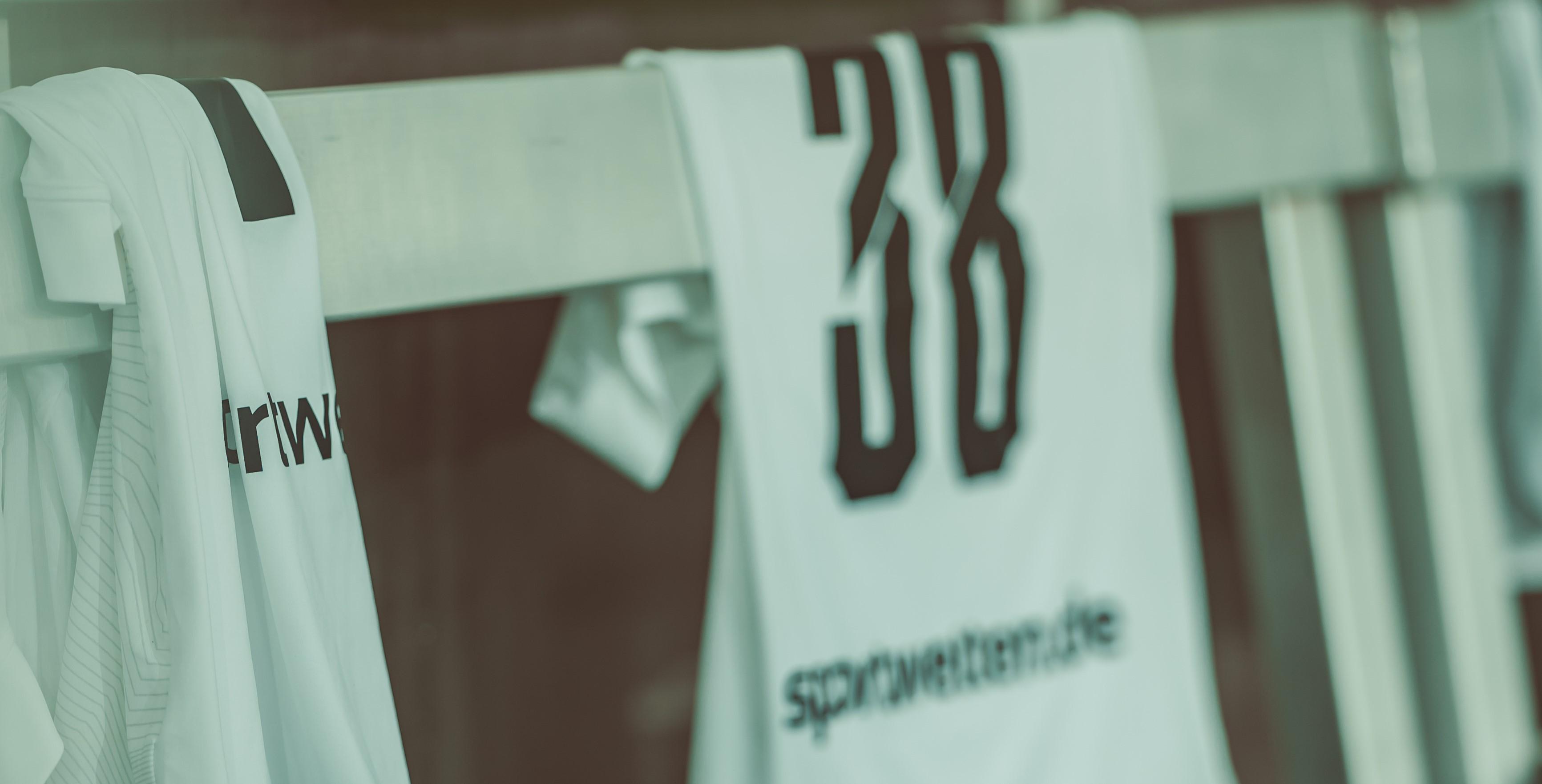 Gespanntes Warten, wie das Trikot wohl aussieht: Das brandneue Spieldress wird zum Duell gegen den SC Verl erstmals für Stadionbesucher erhältlich sein. (Foto: Fotojob Philipp)