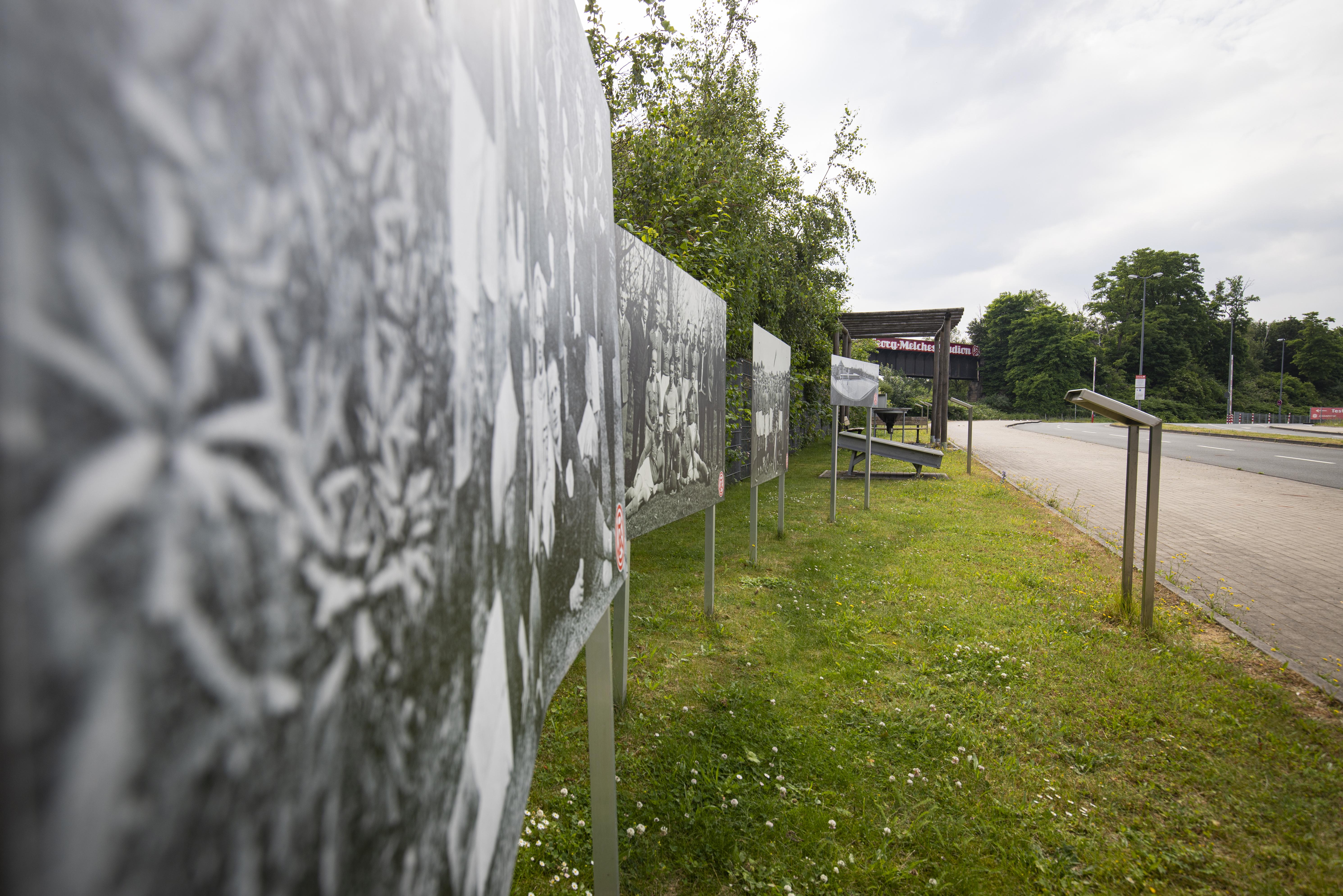 Freilichtmuseum an der Stadioneinfahrt: An der Hafenstraße lässt sich die rot-weisse Geschichte hautnah erleben. (Foto: RWE)