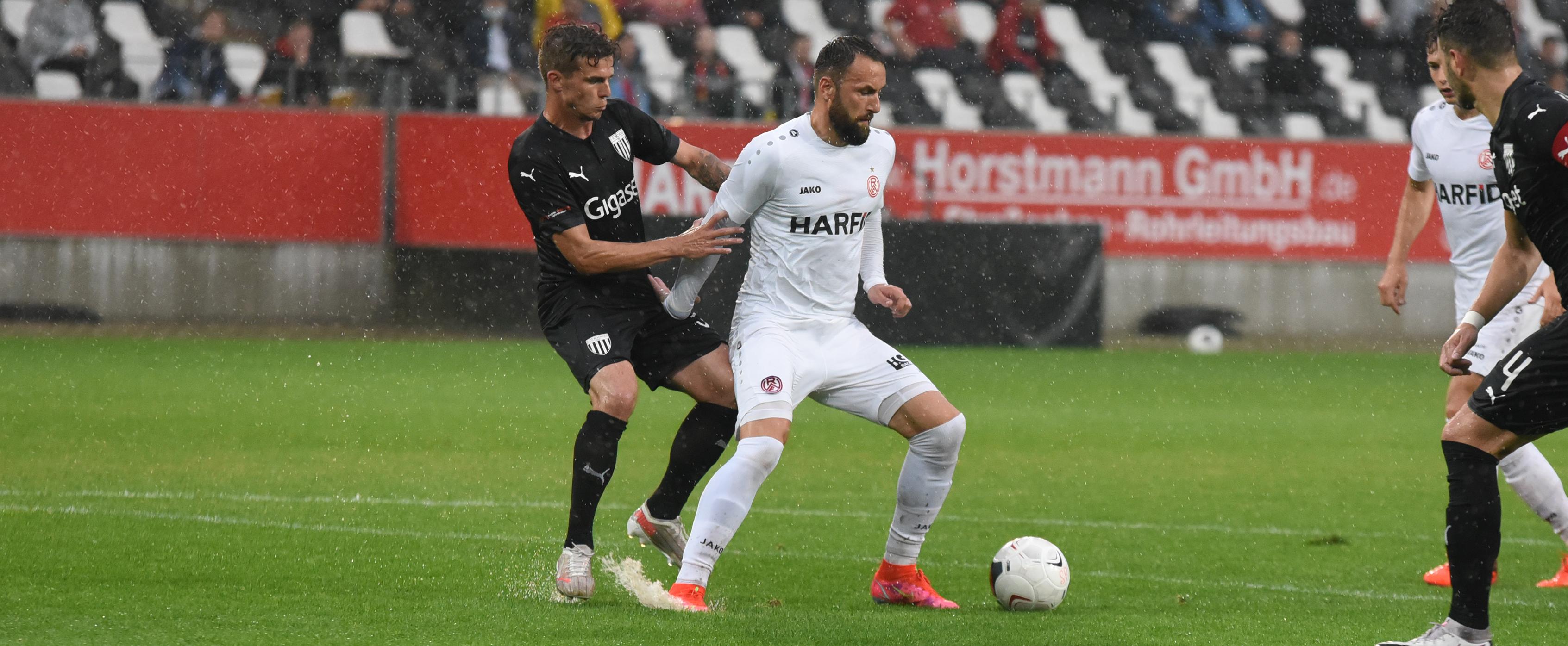 Ungewohnt, gegen Rot-Weiss zu verteidigen: Kevin Grund (l.) spielt ab sofort für den 1. FC Bocholt, behält RWE aber im Herzen. (Foto: Rotzoll)