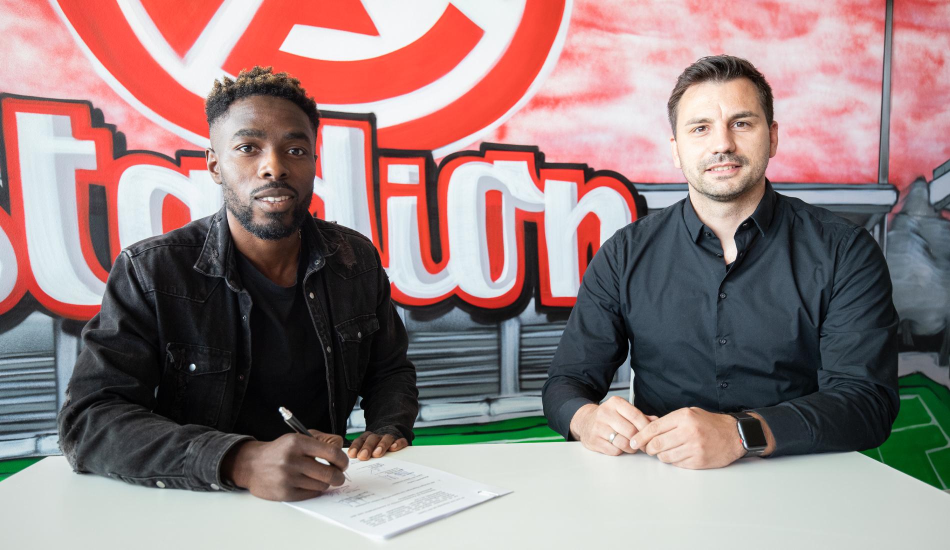 Daniel Heber (l.), hier mit RWE-Sportdirektor Jörn Nowak (r.), hat seinen Vertrag bei Rot-Weiss Essen verlängert.