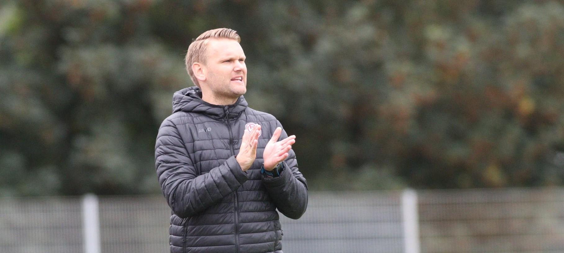 Am Samstag trifft U17-Coach Simon Hohenberg mit seinen Schützlingen auf die Geißböcke, danach folgen Duelle gegen den BVB und Lippstadt. (Foto: Breilmannswiese)