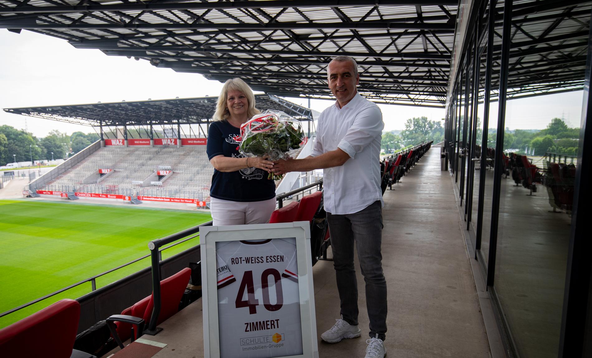 Unglaubliche 40 Jahre RWE: Vorstand Marcus Uhlig (r.) gratuliert Silvia Zimmert zu diesem tollen Jubiläum. (Foto: RWE)