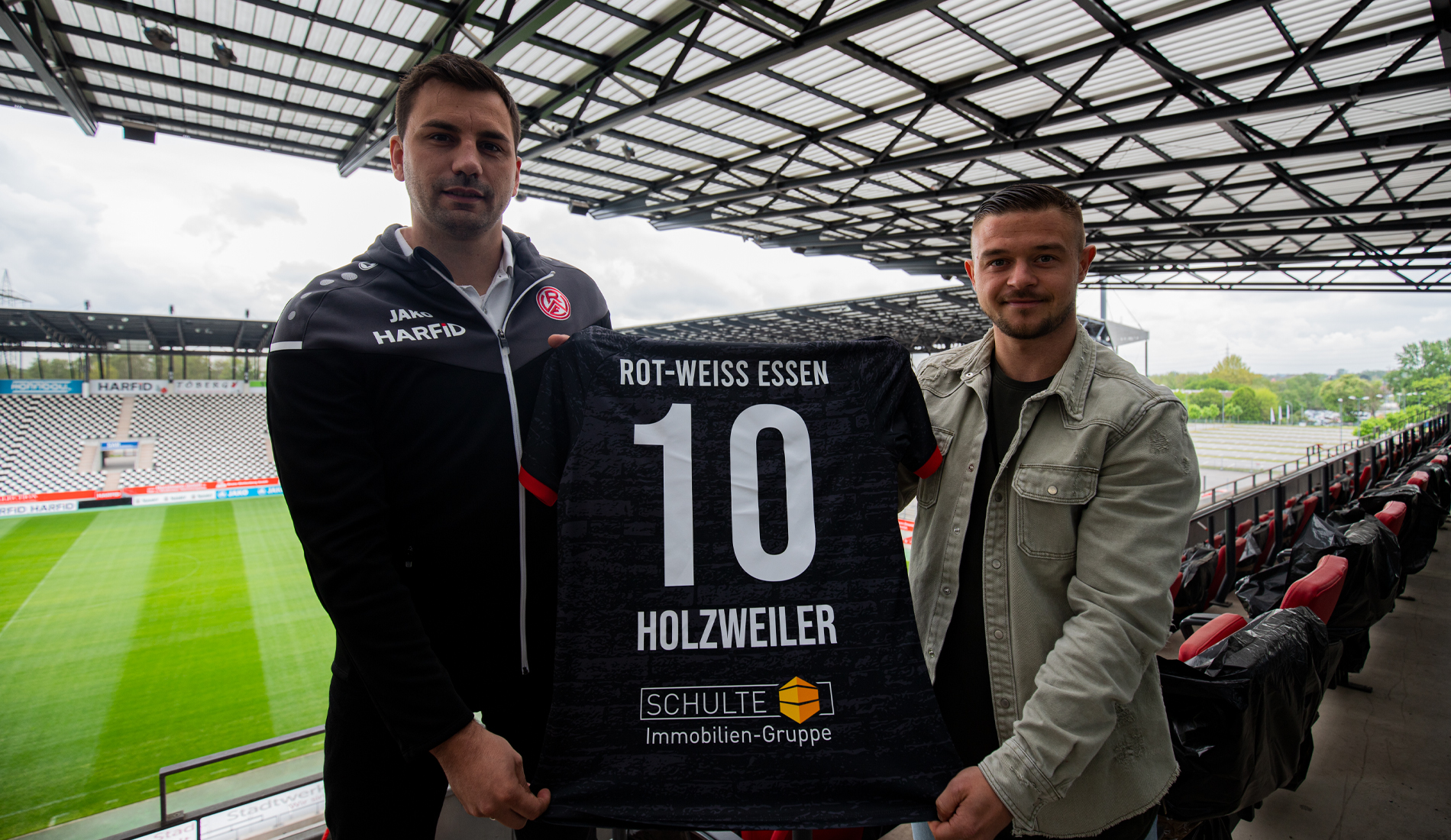 Kickt künftig in Rot-Weiss: Kevin Holzweiler (r.), hier mit RWE-Sportdirektor Jörn Nowak. (Foto: RWE)