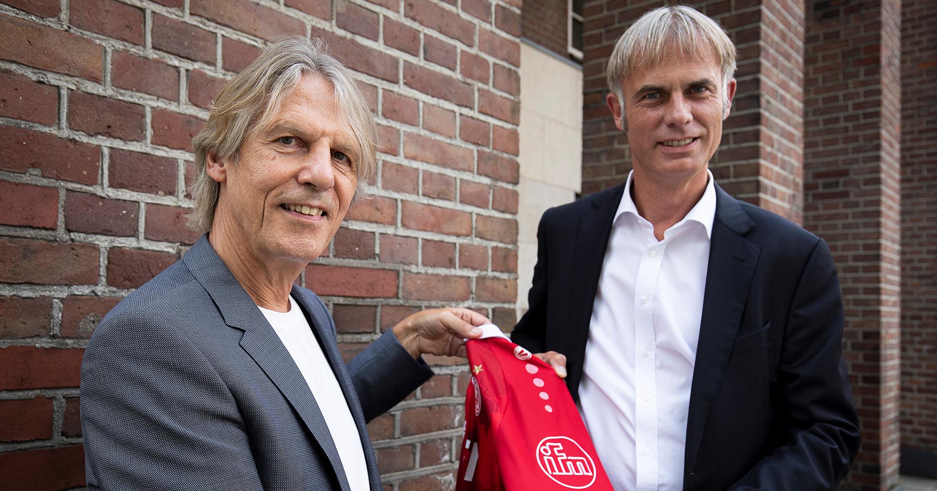 RWE-Marketingleiter Rainer Koch (l.) und ifm-Vorstand Michael Marhofer präsentieren das Emblem auf dem Ärmel. (Foto: RWE)