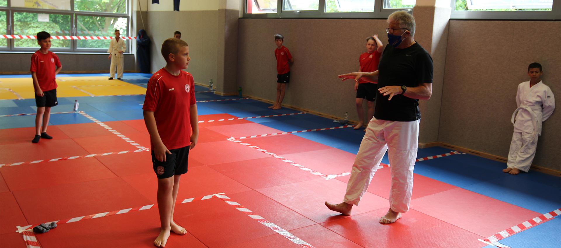 Drei Jahre trainierte die Zundler-Mannschaft mit JKG Essen-Trainer Ralf Drechsler (r.) auf den weiß-gelben Gürtel hin.
