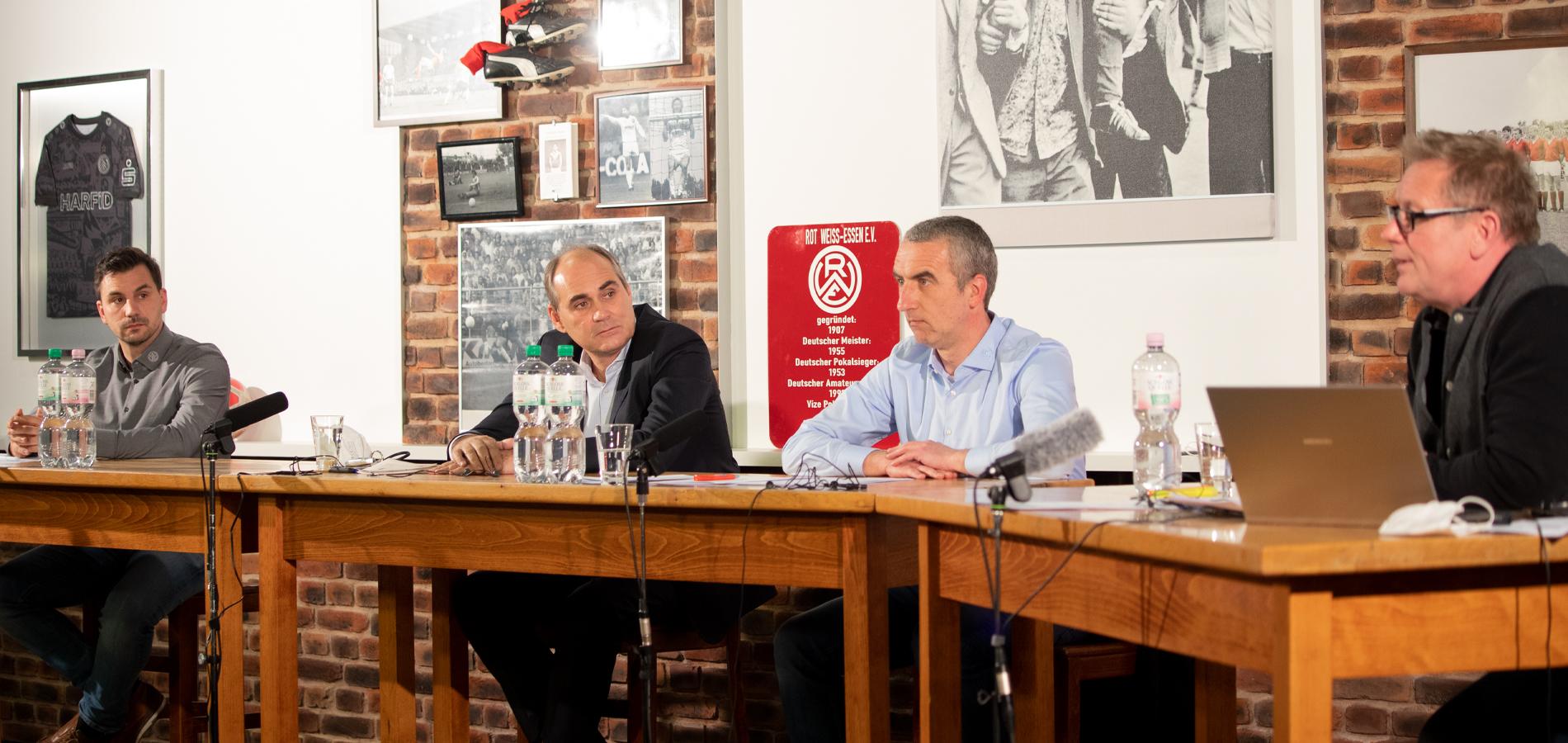 Standen Fragen der Rot-Weissen und von Moderator Dirk Kindsgrab (r.) Rede und Antwort (v.l.n.r.): Jörn Nowak, Dr. André Helf und Marcus Uhlig.