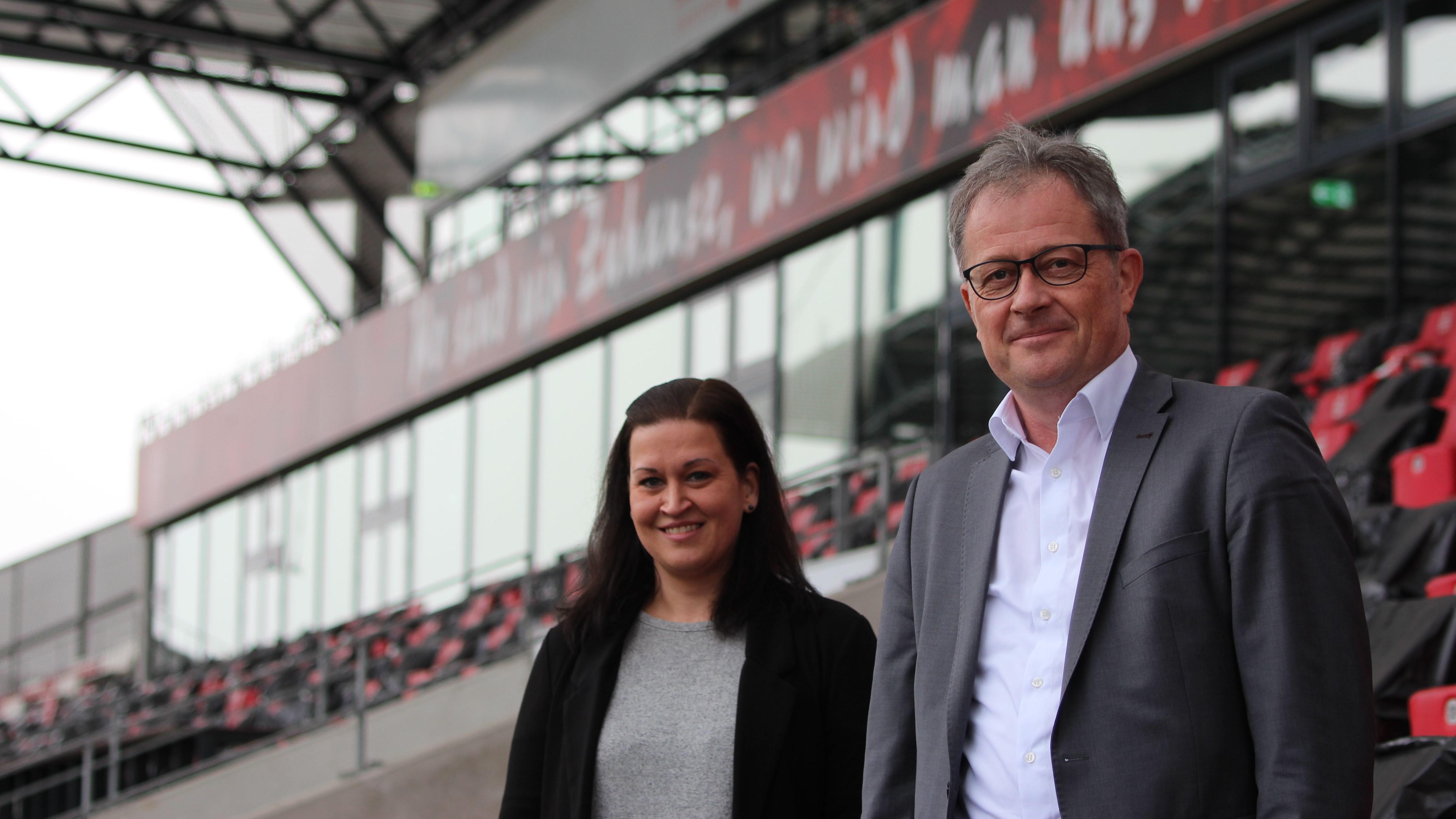 Über die neue Partnerschaft bei RWE freuen sich Human Resources Managerin Lena Wehner sowie FIEGE Essen-Geschäftsführer Ulrich Siggemann.