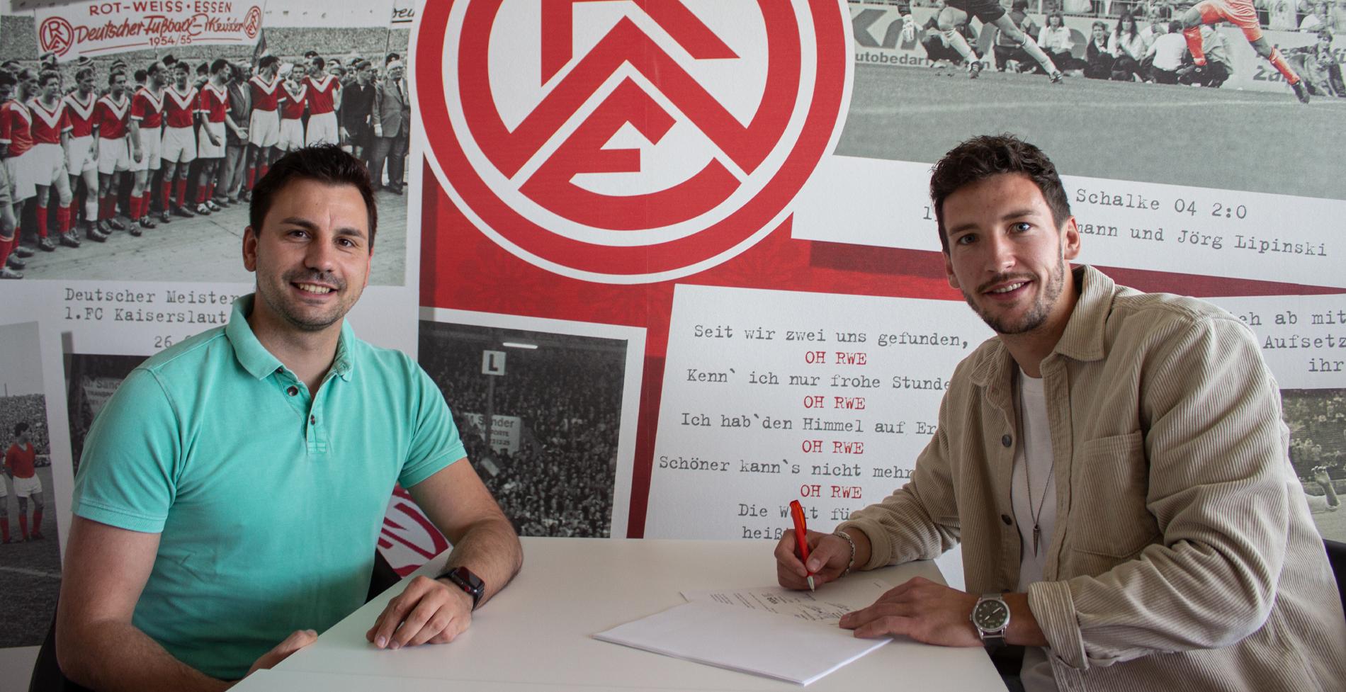 Erstes Autogramm bei Rot-Weiss: Yannick Langesberg spielt künftig an der Hafenstraße. (Foto: RWE)