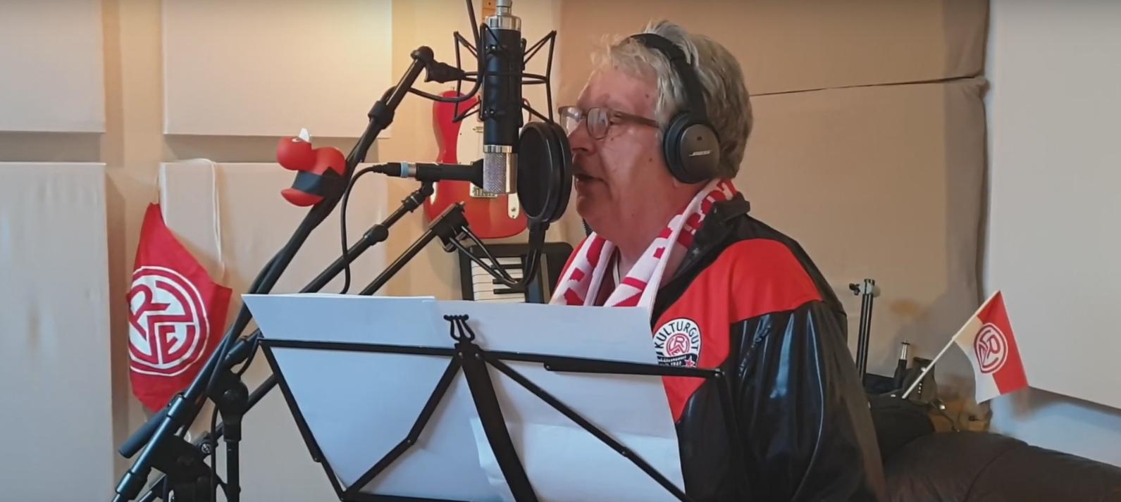 Einen RWE-Song und einen Sack voller Geschichten: Professor Ente alias Heinz-Hermann Krüger. (Foto: Musikvideo)