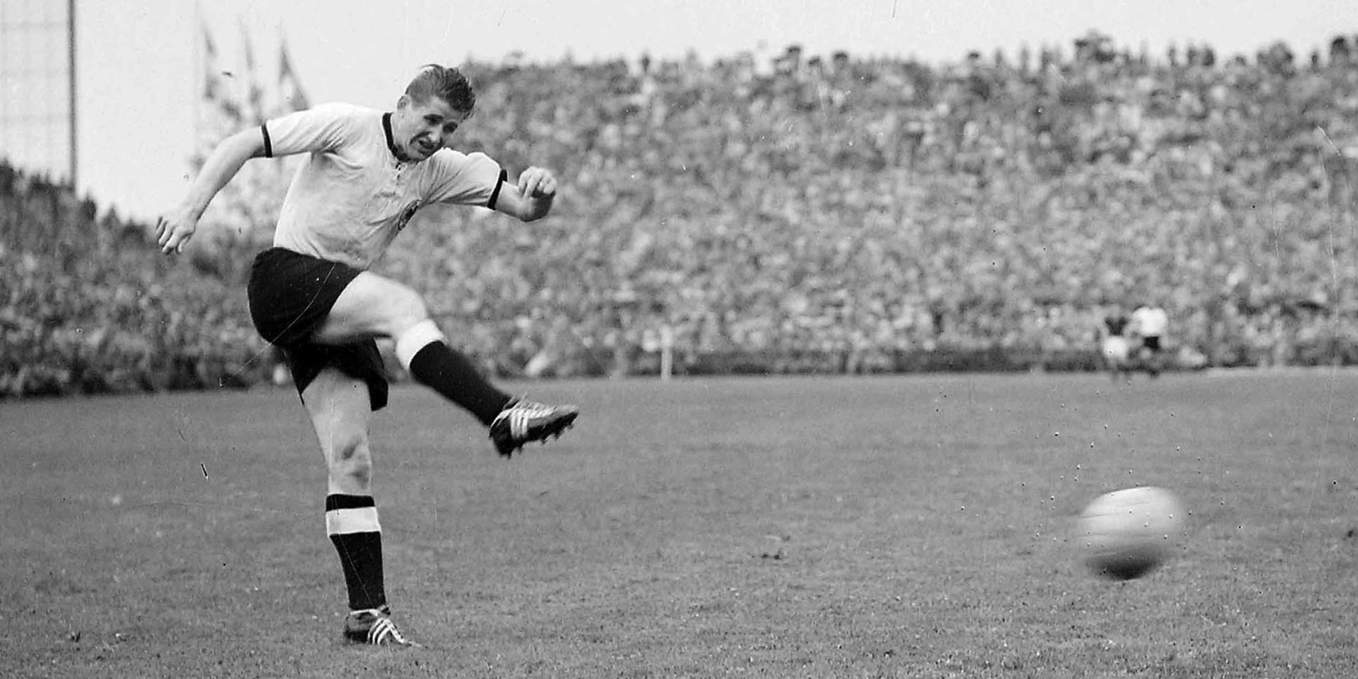 Helmut Rahn im Trikot der deutschen Fußballnationalmannschaft.