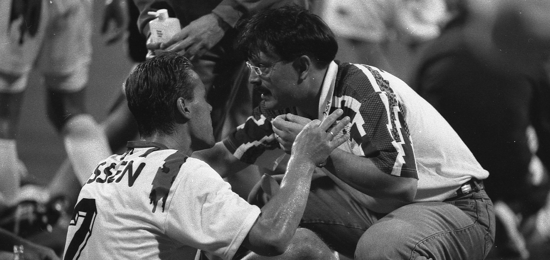 Letzte Anweisungen vor der Verlängerung 1995: Trainer Rudi Gores und Abwehrchef Ingo Pickenäcker. (Foto: Archiv)