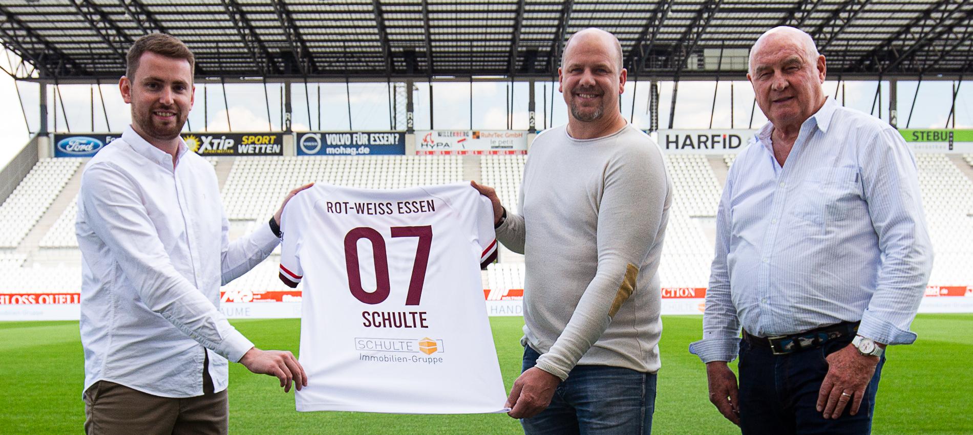 RWE-Vertriebsleiter Daniel Elzer (l.) mit den Schulte Immobilien-Gesellschaftern Lars (mi.) und Wolfgang Schulte (r.).