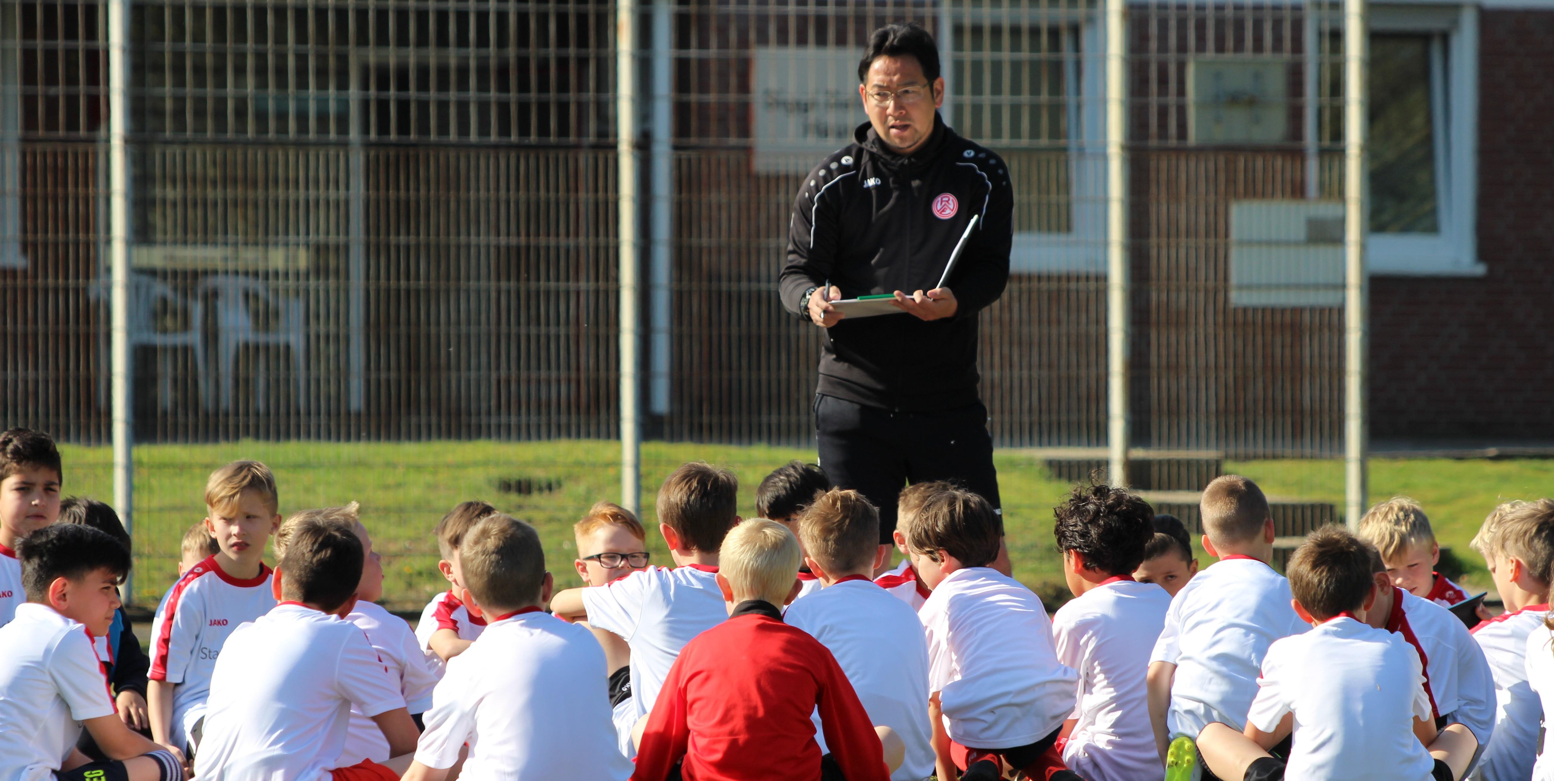 RWE-U9 Trainer Masataka Fukuoka ist einer der Betreuer beim Osterferiencamp.
