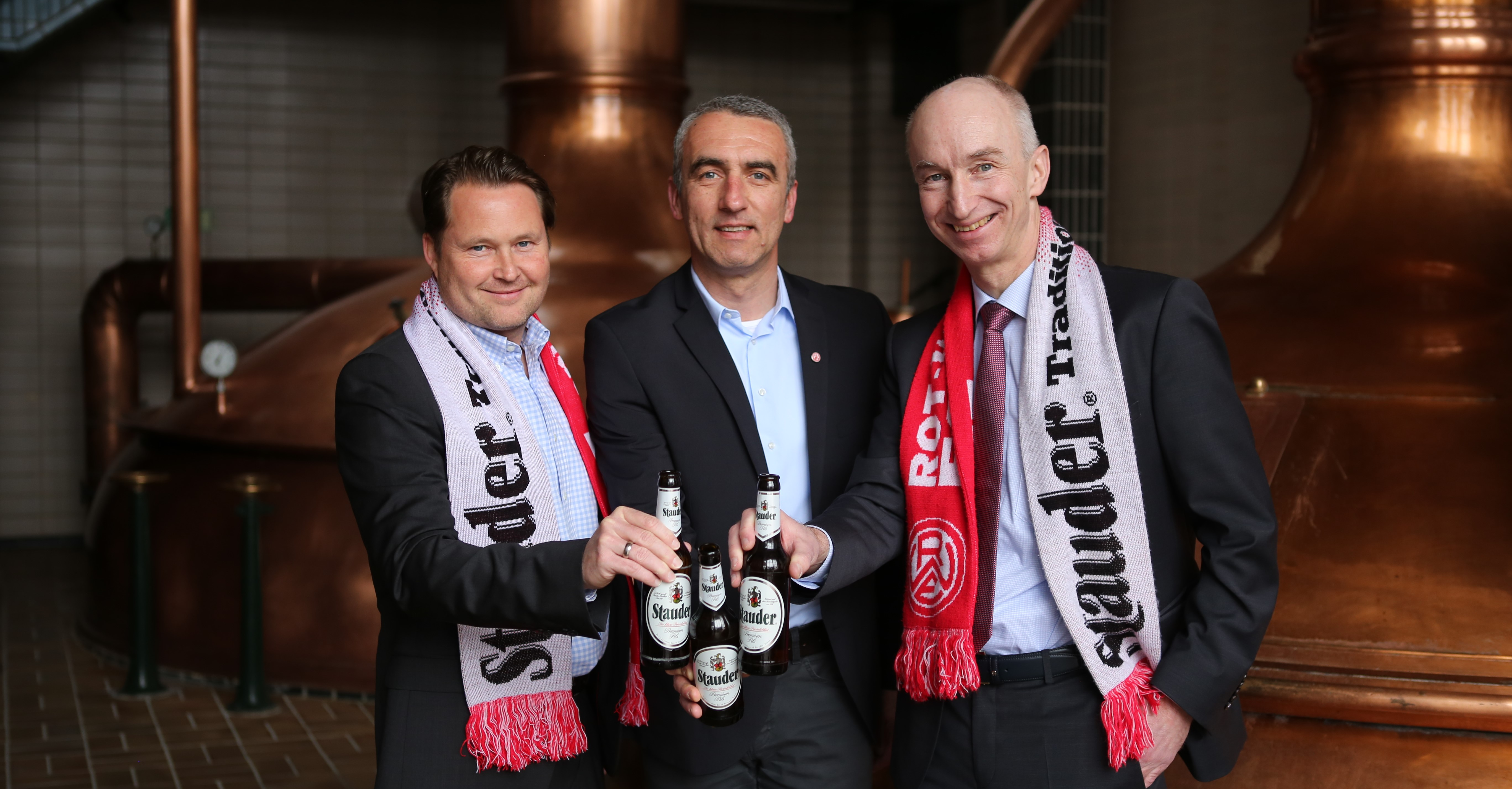 (v.l.) Frank Isert (Verkaufsdirektor und Prokurist der Privatbrauerei Stauder), Marcus Uhlig (Vorstand RWE) und Dr. Thomas Stauder (Geschäftsführer der Privatbrauerei Stauder) stoßen auf die Verlängerung der Partnerschaft an. (Foto: Stauder)