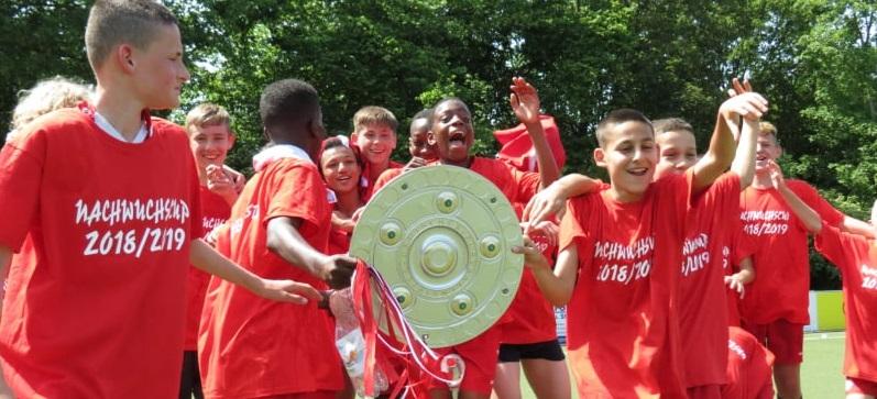Die rot-weisse U13 bejubelt die Meisterschaft im C-Junioren Nachwuchscup.