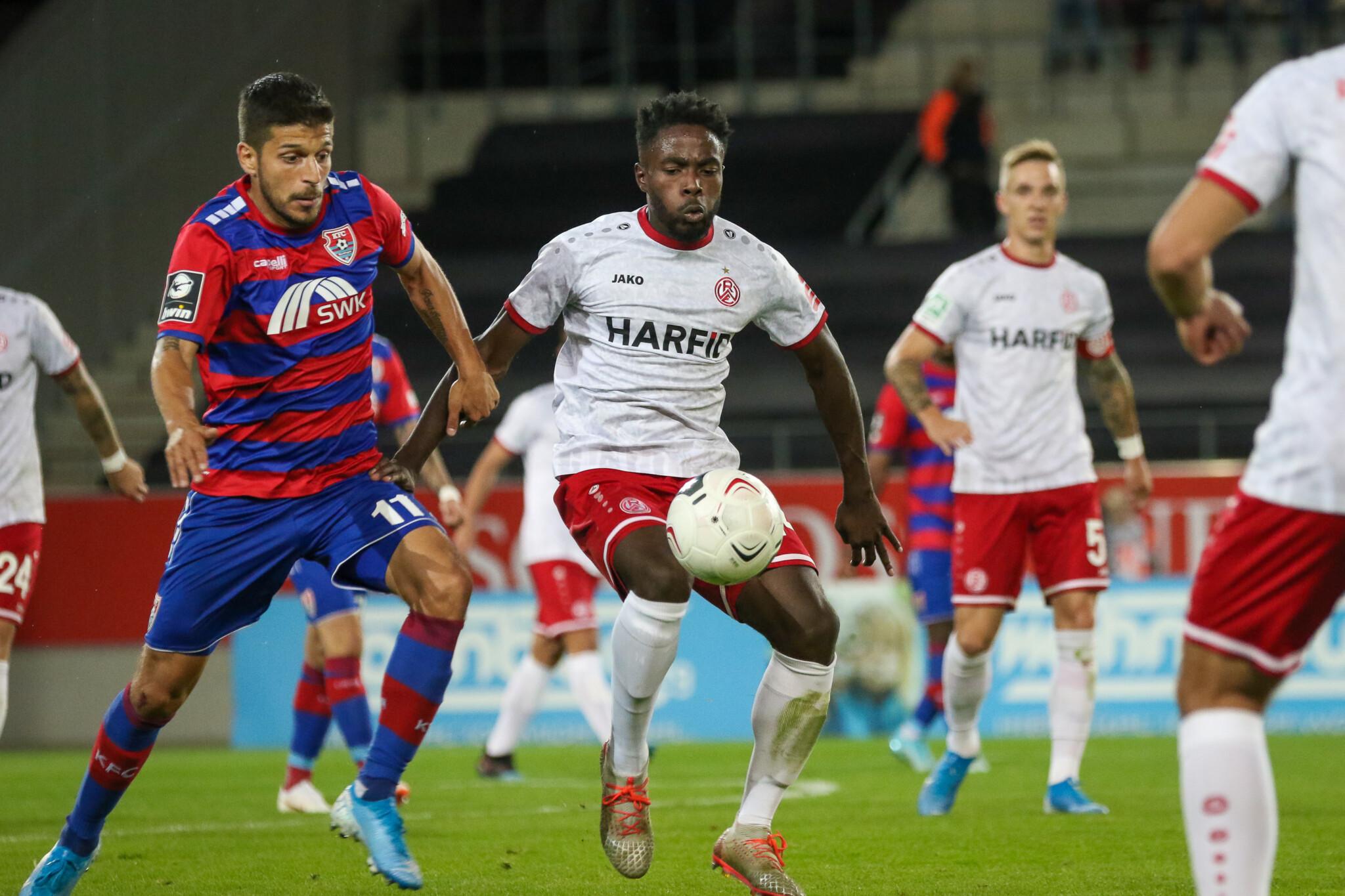 Ex-KFC-Uerdingen-Spieler Ricardo Rodriguez kämpft gegen RWE-Verteidiger Daniel Heber um den Ball.