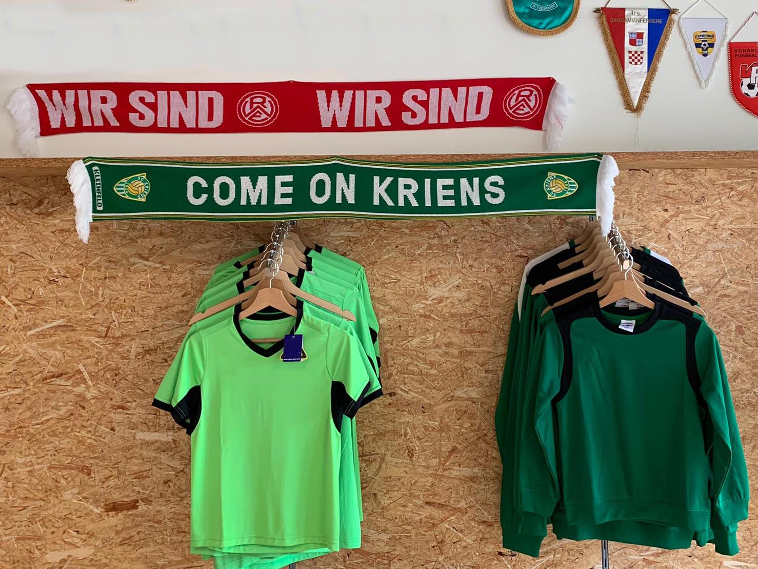 Oliver Kraaz hat einen RWE-Schal im Fanshop des SC Kriens platziert.
