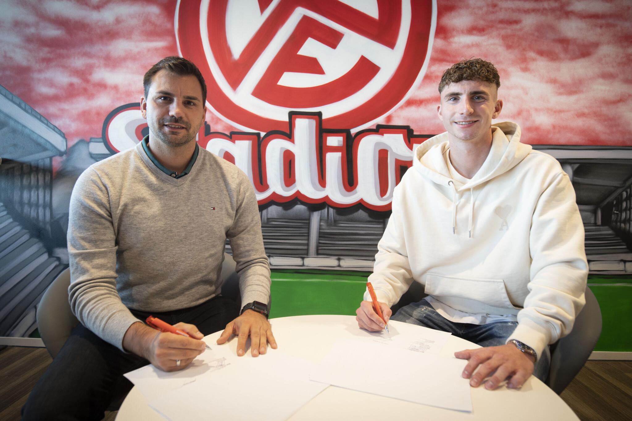 Jörn Nowak und Niklas Tarnat bei der Vertragsunterzeichnung.